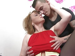 Mamma con tette cadenti ottiene sesso tabù con il figlio