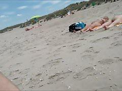 nackt am FKK-Strand spazieren