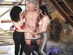 Velho coloca seu pênis dentro de dois jovens adolescentes quentes