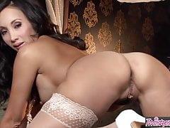 Die asiatische Teenagerin Katsuni spielt mit ihrer Pussy - Twistys