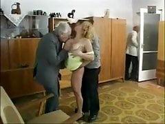 Bardzo starzy faceci cieszą się Munching On Tight Teen Pussy