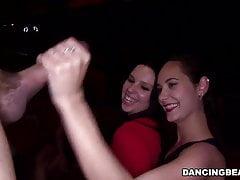 Verrückte Mädchen, die männliche Stripperparty genießen