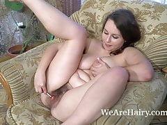 Adelia Rosa zieht sich auf ihrem Stuhl aus und genießt es