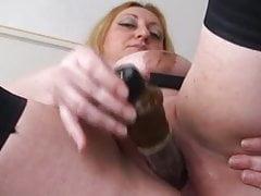 Mollige fettleibige breasted Mama, die mit einem Spielzeug abhebt