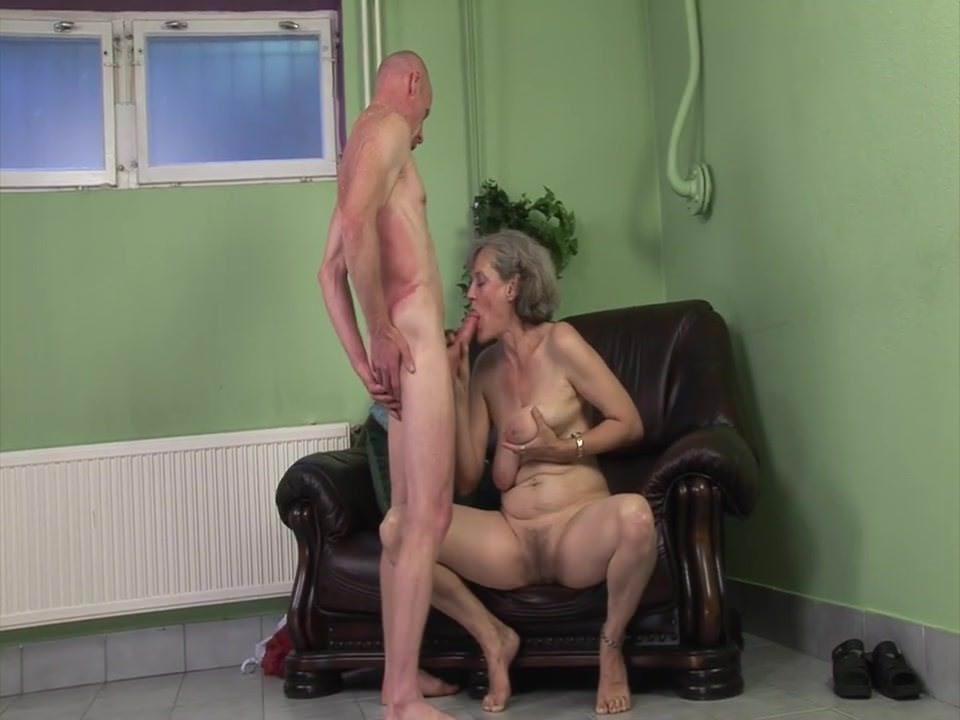 Видео девушка засовывает самый большой страпон