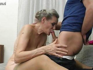 奶奶吮吸和奶奶他媽的小男孩