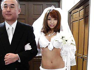 在她的婚礼期间,她不得不吮吸一个坚硬的维纳