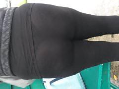 Pawg trägt transparente Leggings an der Bushaltestelle 1