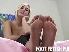 Mi piace quando i ragazzi leccano i miei piccoli piedi morbidi