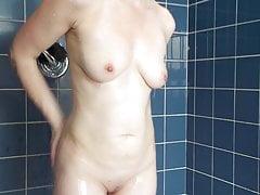 moglie che fa la doccia nella piscina dell'hotel