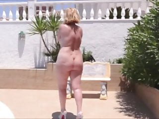 porno zadarmo - A mature woman tempts with her ass by walking by the pool