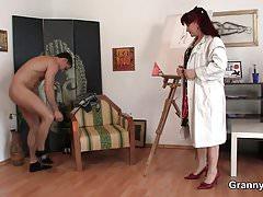 Geile reife Frau zieht sich aus und reitet seinen Schwanz
