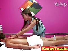 Azjatycka masażystka szarpie i ssie klienta