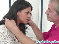 Nastolatek amator uwielbia się pieprzyć z dziadkiem