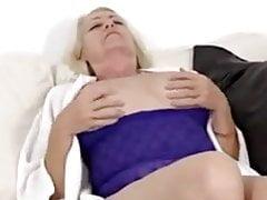Reife blonde masturbiert