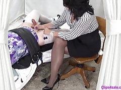 Femdom Mistress Daje Sissy Handjob