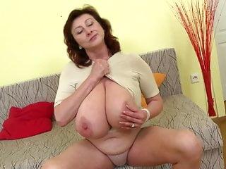 有巨大的山雀和完善的成熟的華美的成熟母親
