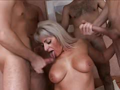 Seks grupowy z bardzo dojrzałą cipką
