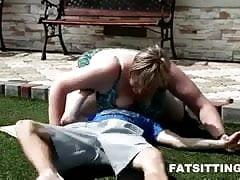 100kg Frau Facesitting