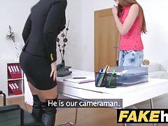 Agent rousse chaude fait une foutre blonde sexy avec sa bouche en h