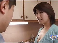Japanische Milf bekommt Orgasmus vor ihrem Ehemann