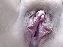 Annabelle zeigt uns ihre cremige Vagina ...