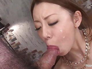 豐滿的亞洲人炫耀她的口交技巧