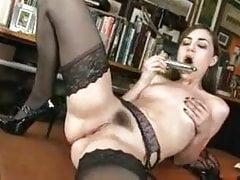 'Sasha G.' se masturba com um vibrador em uma mesa