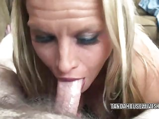 porno zadarmo - Blonde MILF Skylar Rae is blowing a guy she just met