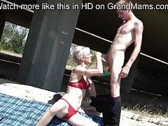 Chudy trapper liże babcię krótkiego włosa pod mostem