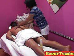 Massaggiatrice asiatica che sega il cazzo dei clienti