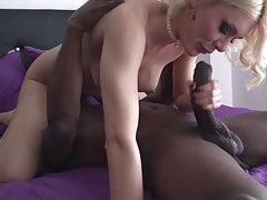 Kitana Lure wird von einem großen schwarzen Schwanz erweitert
