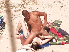 Masturbazione con la mano amatoriale sulla spiaggia con grande sborrata