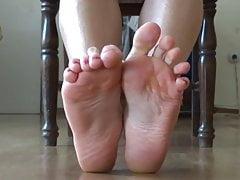 Foot fetish v zrcadle - ukazující spodní část chodidel