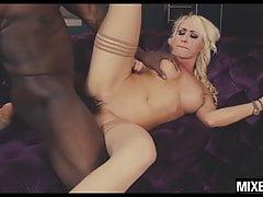 La superbe blonde Christina Shine se fait prendre par un monstre
