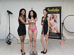 sexy Bikinimodell beim Casting