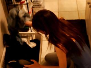 青少年抓住她的室友嗅她的內褲