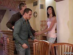 Ehemann beobachtet Kerl seine Frau von hinten ficken