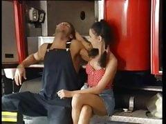 2 ragazze scopano tutti i pompieri
