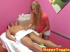 Azjatycki masażysta szarpie swojego klienta