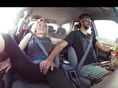 Blonde dostane prsty do koktejlu v autě