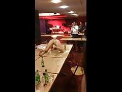 Opilý Briton střílí pivo z kreténa!