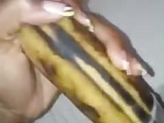 Ebony dívka masturbuje s banánem