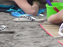 Dziewczyna z Zadziwiającym kruponem na plaży
