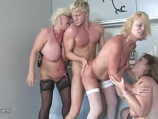 三個成熟的女人聚會與一個硬公雞
