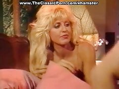 Blondýnka a bruneta na jedné palici