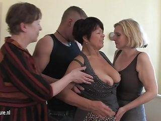 3名cockhungry成熟的母親得到了小男孩的服務