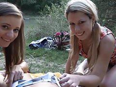 zwei Freundinnen, die im Wald spazieren gehen und einen Mann treffen