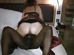 Frau nimmt großen harten Schwanz auf Hotelzimmer