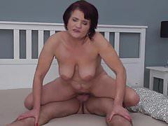 Sexy nonne soffiano e scopano giovani ragazzi